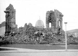 """Frauenkirche 1970"" von I, RvM. Lizenziert unter CC BY-SA 2.5 über Wikimedia Commons - http://commons.wikimedia.org/wiki/File:Frauenkirche_1970.jpg#mediaviewer/File:Frauenkirche_1970.jpg"